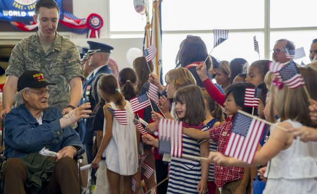 Francis Scott Key Elementary School children greet veterans from the Northeast Indiana Honor Flight at Ronald Reagan Washington National Airport in Arlington, Va., marking the 400th Honor Flight by U.S. Airways. | Military Times >>